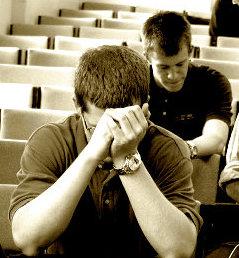 image de personnes qui prient